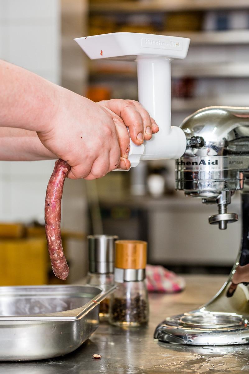KitchenAid_Artisan_Kuechenmaschine_Chrom_mit_Fleischwolf_Ambiente_7_