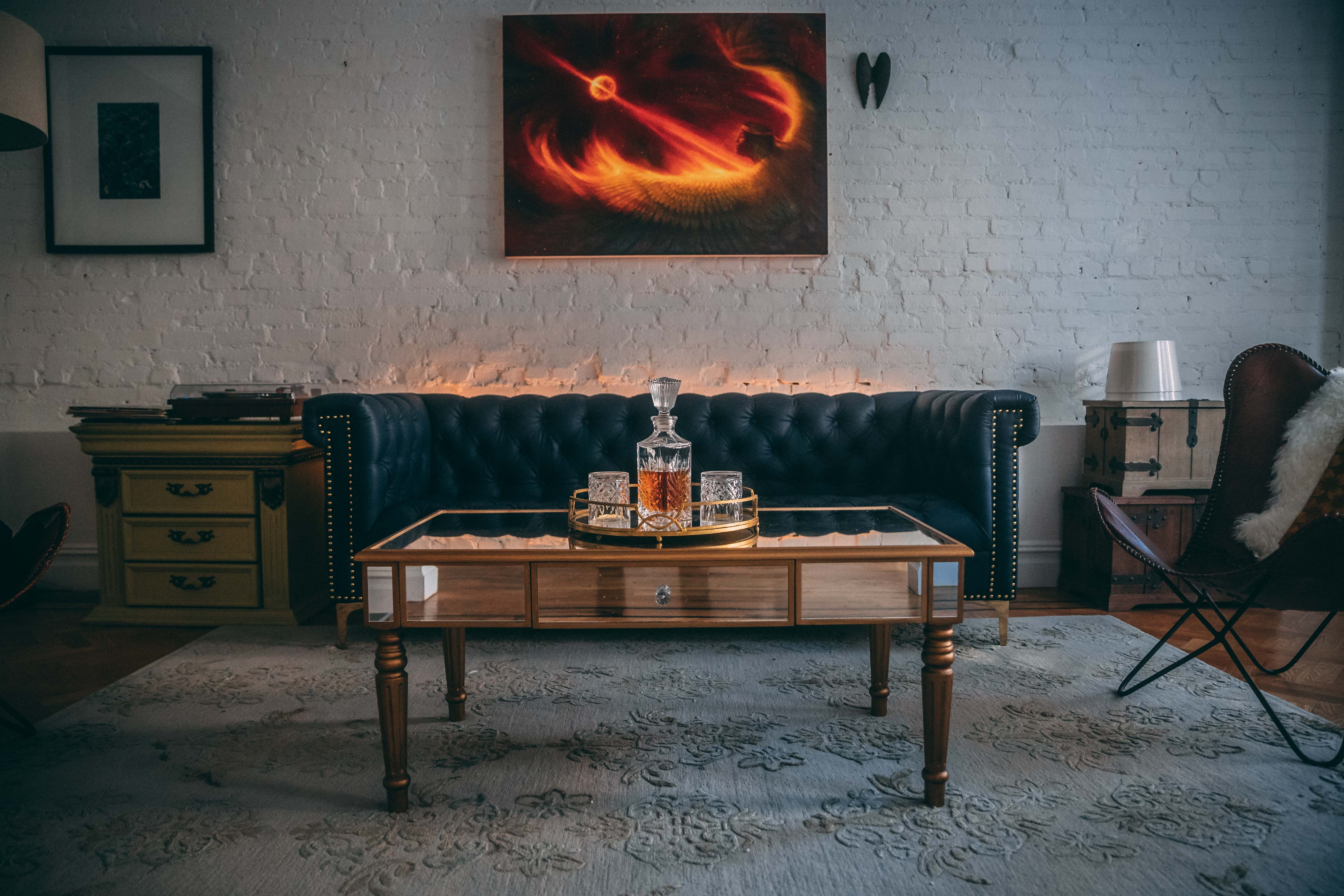Obývací pokoj a karafa s whiskey
